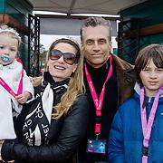 NLD/Harderwijk/20100320 - Opening nieuwe Dolfinarium seizoen met nieuwe show, Robert Schoemacher met partner Claudia van Zweden dochter Livia en zoon Moos