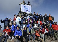 23-09-2010 ALGEMEEN: ATLAS CHALLENGE: TOUBKAL<br /> Vanaf Refuge de Toubkal vandaag de dag naar de top van Jbel Toubkal 4167 meter hoog / Topfoto met Novo Nordisk vlag<br /> ©2010-WWW.FOTOHOOGENDOORN.NL