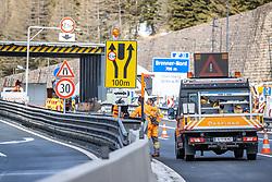 11.03.2020, Brenner, AUT, Coronavirus in Österreich, im Grenzbereich zu Italien lösen ab Mittwoch lückenlose Grenzkontrollen die Gesundheitschecks an der Grenze ab, im Bild Mitarbeiter der ASFINAG beim Errichten des Grenzmanagement am Autobahngrenzübergang an der A13 // Employees of ASFINAG in building the border Management at highway border crossing on the A13 during In the border area with Italy, seamless border controls will replace the health checks at the border starting on Wednesday. Brenner, Austria on 2020/03/11. EXPA Pictures © 2020, PhotoCredit: EXPA/ Johann Groder