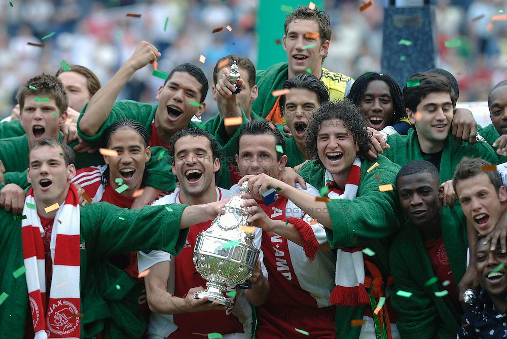 07-05-2006 VOETBAL: FINALE GATORADE CUP: AJAX - PSV: ROTTERDAM<br /> Ajax wint de beker met oa. Boukhari, Juanfran, Sneijder, Galasek, Maduro, Stekelenburg en Huntelaar<br /> &copy;2006-WWW.FOTOHOOGENDOORN.NL