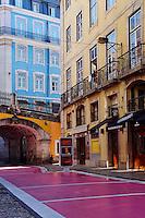 Portugal, Lisbonne, rua Novo do Carvalho, rue rose, Bairro alto // Portugal, Lisbon, front building in Trindade street in Bairro Alto