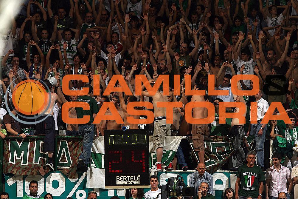 DESCRIZIONE : Siena Lega A1 2006-07 Playoff Finale Gara 1 Montepaschi Siena VidiVici Virtus Bologna <br /> GIOCATORE : Tifosi<br /> SQUADRA : Montepaschi Siena <br /> EVENTO : Campionato Lega A1 2006-2007 Playoff Finale Gara 1 <br /> GARA : Montepaschi Siena VidiVici Virtus Bologna <br /> DATA : 13/06/2007 <br /> CATEGORIA : Curiosita<br /> SPORT : Pallacanestro <br /> AUTORE : Agenzia Ciamillo-Castoria/M.Marchi