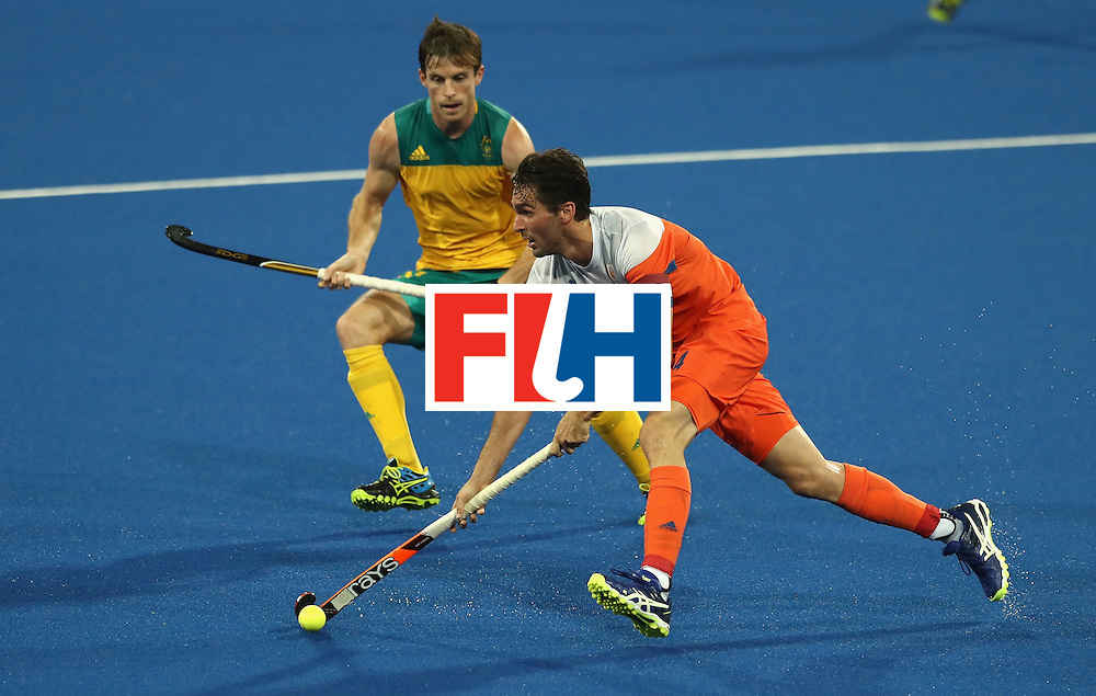 RIO DE JANEIRO, BRAZIL - AUGUST 14: Robert van der Horst of the Netherlands moves away with the ball during the Men's hockey quarter final match between the Netherlands and Australia on Day 9 of the Rio 2016 Olympic Games at the Olympic Hockey Centre on August 14, 2016 in Rio de Janeiro, Brazil.  (Photo by David Rogers/Getty Images)