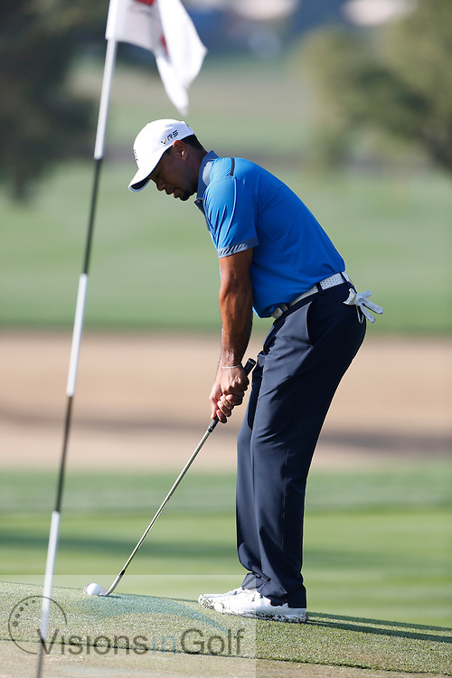 Tiger Woods chipping sequence and pre shot routine<br /> Omega Dubai Desert Classic, Emirates GC, UAE, January 2014<br /> Picture Credit:  Mark Newcombe / www.visionsingolf.com