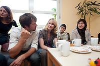 24 AUG 2009, BERLIN/GERMANY:<br /> Bjoern Boehning (L), SPD, Direktkandidat Kreuzberg-Friedrichshain zur Bundestagswahl 2009, und Manuela Schwesig (2.v.L.), SPD, Sozialministerin Mecklenburg-Vorpommern und Mitglied im Team S teinmeier, waehrend dem Besuch des Familienzentrums Mehringdamm, Berlin-Kreuzberg<br /> IMAGE: 20090824-03-015<br /> KEYWORDS: Kinder, Kind, Kindergarten, Migranten