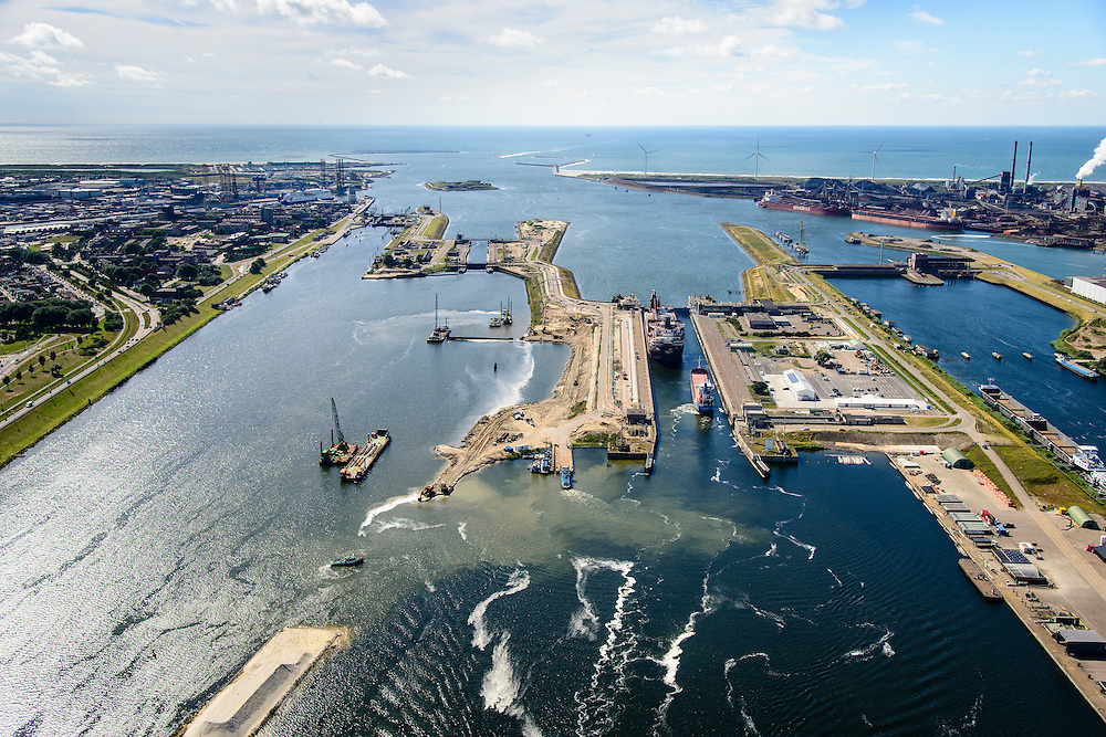 Nederland, Noord-Holland, IJmuiden, 01-08-2016; sluiscomplex IJmuiden met Noordersluis, Middensluis en Zuidersluis. Parallel aan en links van de Noordersluis wordt een nieuwe grote zeesluis gebouwd. Rechts het spuikanaal en de spuisluis.<br /> Lock complex IJmuiden, parallel to the large Northern Lock a new large sea lock will be build.<br /> <br /> luchtfoto (toeslag op standard tarieven);<br /> aerial photo (additional fee required);<br /> copyright foto/photo Siebe Swart