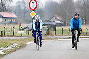 Bij Bunnik rijden twee mannen op een racefiets.<br /> <br /> Near Bunnik two men ride on their road bike.
