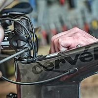 Cykelmekaniker igang med at montere frempind på Cervelo cykel