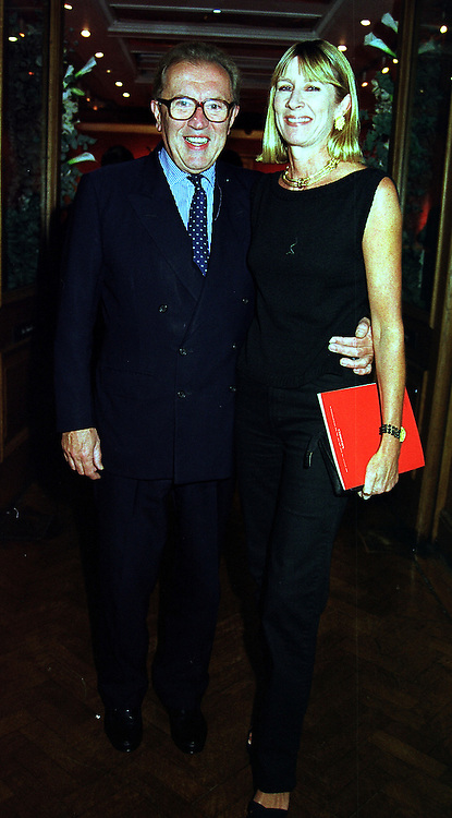 SIR DAVID & LADY CARINA FROST at an exhibition in London on 20th September 1999.MWN 16