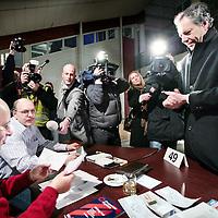 Nederland,Eindhoven ,23 januari 2008..Burgemeesterskandidaat Rob van Gijzel (Eindhoven, 29 juni 1954) is een Nederlands politicus en een van de twee kandidaten voor het burgemeestersreferendum dat op 23 januari 2008 in Eindhoven wordt gehouden. Hij is vooral bekend als voormalig lid van de Tweede Kamer, waarin hij als lid van de PvdA-fractie enkele malen in botsing kwam met fractievoorzitter Ad Melkert..Op de foto brengt Rob van Gijzel, omringd door de Pers zijn stem uit in een stemlokaal.