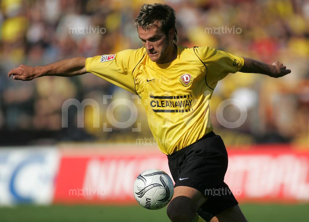 Fussball 2. Bundesliga, FC Dynamo Dresden - SC Paderborn 07 am Sonntag (25.09.05). Dresdens Karsten Oswald am Ball.