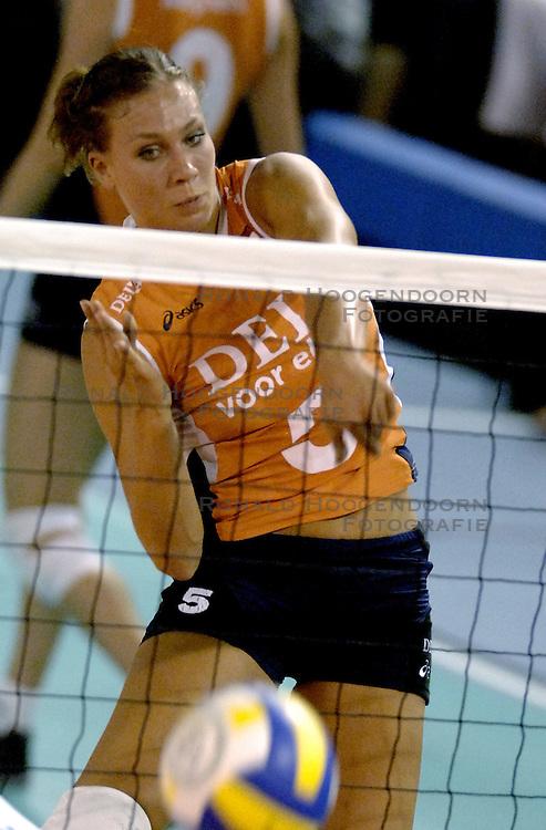 11-09-2006 VOLLEYBAL: TEAMPRESENTATIE AAN HOOFDSPONSOR DELA: EINDHOVEN<br /> De NeVoBo heeft uitvaartverzekeraar en - verzorger DELA gepresenteerd als nieuwe hoofdsponsor van het nationale damesteam. De dames werden in het Indoorsportcentrum Eindhoven aan het personeel voorgesteld / Sanna Visser<br /> &copy;2006-WWW.FOTOHOOGENDOORN.NL