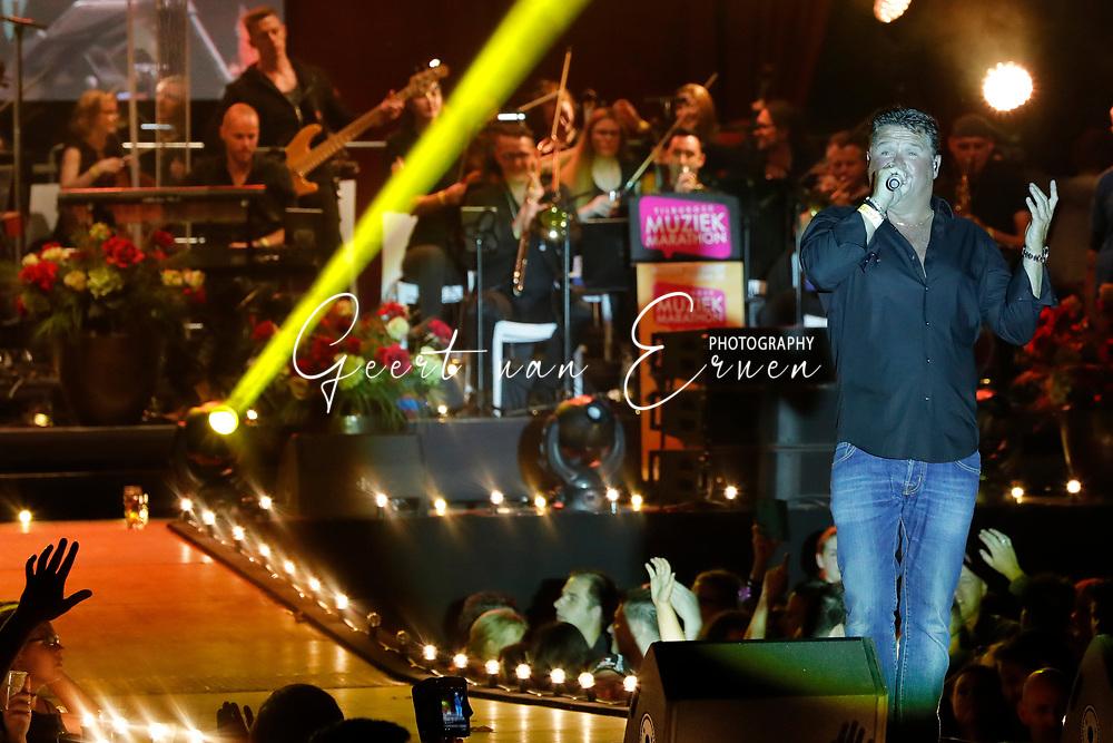 10-06-2017 FESTIVAL VAN HET LEVENSLIED 2017:TILBURG<br /> Het gratis nederlandstalige festival in Tilburg werd dit jaar weer gehouden met ruim 16.000 bezoekers in het centrum van Tilburg<br /> <br /> Wolter Kroes met orkest<br /> <br /> Foto: Geert van Erven<br /> <br /> <br /> Gigant, ESG verhuur, Triple Showtechniek, First Impression, Antonis Verhuur