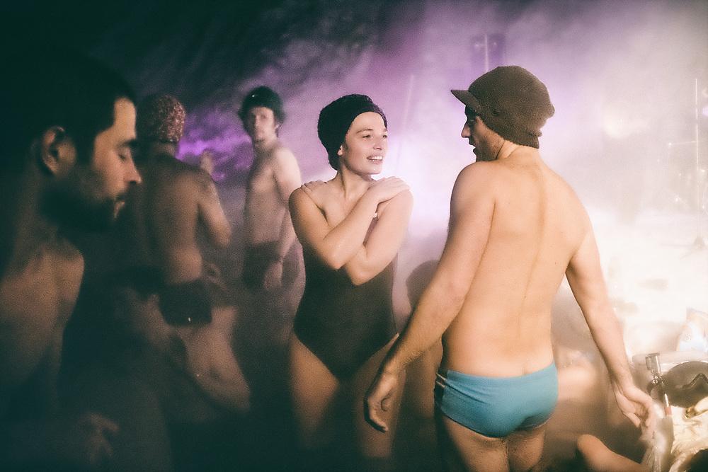 Des jacuzzistes installent chaque année un grand bassin d'eau chaude dans les Alpes pour que puisse se tenir l'assemblée générale de leur association.