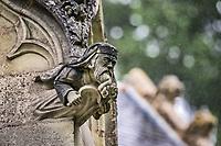Le Druide<br />La chapelle de Bethl&eacute;em est une chapelle vou&eacute;e au culte catholique romain, situ&eacute;e &agrave; St Jean de Boiseau, en Loire-Atlantique.<br /> Le monument est construit au XVe&nbsp;si&egrave;cle, mais c&lsquo;est sa r&eacute;novation en 1995 qui le fait passer &agrave; la post&eacute;rit&eacute;.  Restaur&eacute;e par le sculpteur Jean-Louis Boistel,qui reprend  les codes de la&nbsp;mythologie, du&nbsp;christianisme et de l'&eacute;poque contemporaine, la chapelle se pare de sculptures pour le moins surprenantes :  gremlins, aliens et m&ecirc;me Goldorak.<br /> L&rsquo;origine sacr&eacute;e du lieu vient de la pr&eacute;sence d&lsquo;une source, aupr&egrave;s de laquelle, initialement, le&nbsp;druidisme&nbsp;cr&eacute;e une c&eacute;r&eacute;monie &agrave;&nbsp;Beltane, afin de c&eacute;l&eacute;brer la f&eacute;condit&eacute;. <br /> Les chim&egrave;res sont les suivantes&nbsp;:<br /> - pinacle&nbsp;nord-ouest, dit de l&lsquo;&acirc;me &laquo;&nbsp;l&lsquo;Homme&nbsp;&raquo;:<br /> &bull;un&nbsp;sanglier&nbsp;(traque du spirituel)<br /> &bull;un&nbsp;centaure&nbsp;(conflits entre instinct et raison)<br /> &bull;Sainte Anne&nbsp;a l&lsquo;ancre (fermet&eacute;, solidit&eacute;, tranquillit&eacute;, fid&eacute;lit&eacute;)<br /> &bull;Adam&nbsp;<br /> - l&rsquo;archivolte, pr&eacute;sentant l&rsquo;arbre de vie<br /> - pinacle&nbsp;ouest, dit de l&lsquo;&acirc;me &laquo;&nbsp;la Femme&nbsp;&raquo;:<br /> &bull;&Egrave;ve<br /> &bull;une&nbsp;triade&nbsp;(Alma,&nbsp;Dahud&nbsp;et&nbsp;Malgwen)<br /> &bull;une&nbsp;sir&egrave;ne&nbsp;(luxure)<br /> &bull;un&nbsp;serpent&nbsp;(le fantasme et le myst&egrave;re)&nbsp;<br /> - pinacle&nbsp;sud-ouest, dit de l&lsquo;inconscient<br /> &bull;Goldorak&nbsp;(droiture, chevalier des temps modernes)<br /> &bull;un&nbsp;Gremlin&nbsp;(mauvais monstre de l&lsquo;homme)<br /> &bull;Gizmo&nbsp;(bon monstre qu&lsquo;est l&lsquo;homme)<br /> &bull;l&lsquo;ironie&nbsp;(arrogance de l&lsquo;homme)&nbsp;<br /