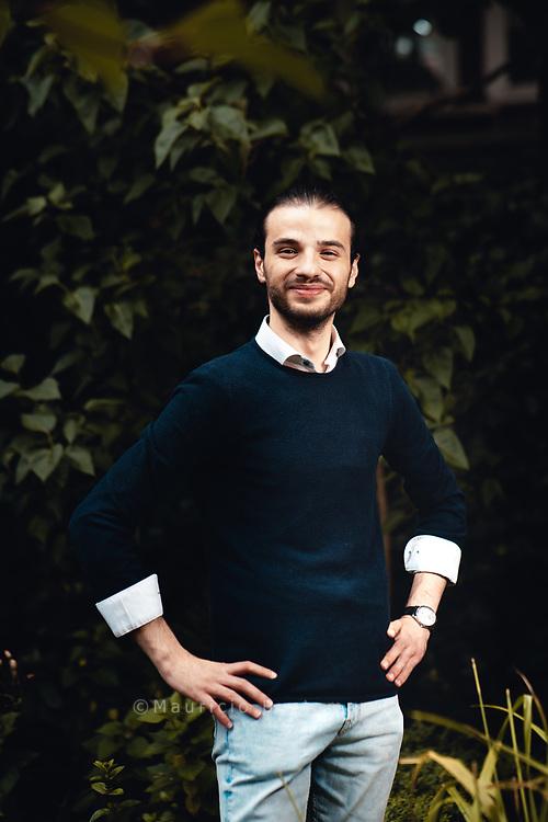 Karim, 26. Drei Mal wurde das Haus, in dem er und seine Familie lebten, bombardiert. Auf keinen Fall wollte der Syrer in diesem Krieg kämpfen <br /> <br /> Hamburg Deutschland. 16.07.2020 Foto Mauricio Bustamante