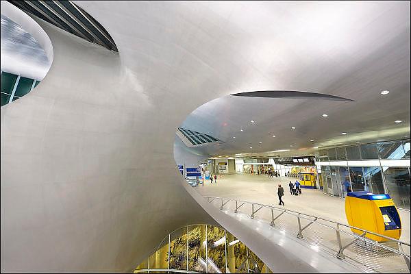 Nederland, the Netherlands, Arnhem, 4-11-2015Het nieuwe station van de gelderse hoofdstad wordt binnenkort officieel geopend. De ov terminal met parkeergarage en fietsenstalling is klaar. De ingewikkelde architectuur heeft het bouwproject veel problemen en vertraging opgeleverd. Het is dan ook een architectonisch en bouwkundig hoogstandje. Het ontwerp voor het station is gedaan door architectenbureau UNStudio, Ben van Berkel. Uiteindelijk heeft de bouw 18 jaar en 90 miljoen euro, veel meer als aanvankelijk begroot, gekost. Meteen deden zich al enkele valpartijen voor op een van de onregelmatige trappen, zodat een opgang tijdelijk afgesloten werd totdat er duidelijke trapmarkering is aangebracht...FOTO: FLIP FRANSSEN/ HH