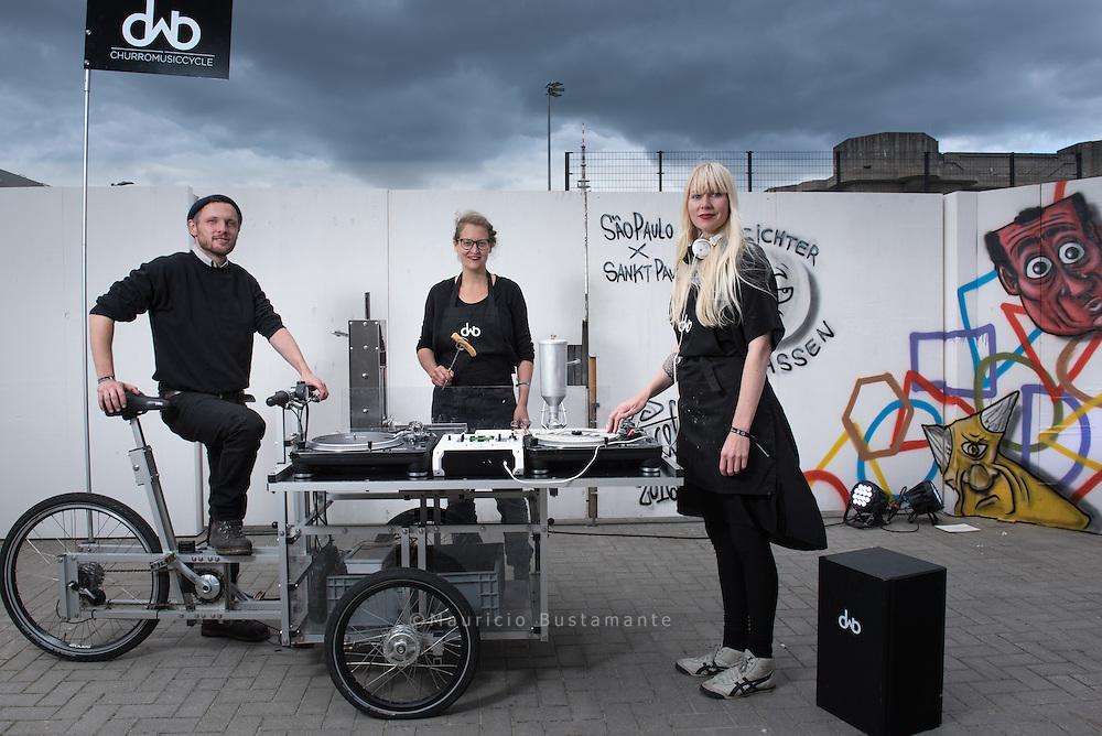 Das CMC ist eine mobile Lastenradgarküche. Es fährt an Orte wo Stadt gestaltet wird. Serviert werden Churros und Musik von Plattentellern.