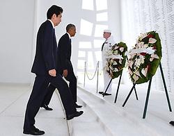US-Präsident Barack Obama und Japans Premier Shinzo Abe beim Gedenken an die Opfer des japanischen Angriffs auf Pearl Harbor vor 75 Jahren / 271216<br /> <br /> <br /> <br /> ***Japanese Prime Minister Shinzo Abe and U.S. President Barack Obama lay wreaths at the USS Arizona Memorial at Pearl Harbor in Hawaii on Dec. 27, 2016, to commemorate those who died in the Japanese surprise attack in 1941.<br /> ***