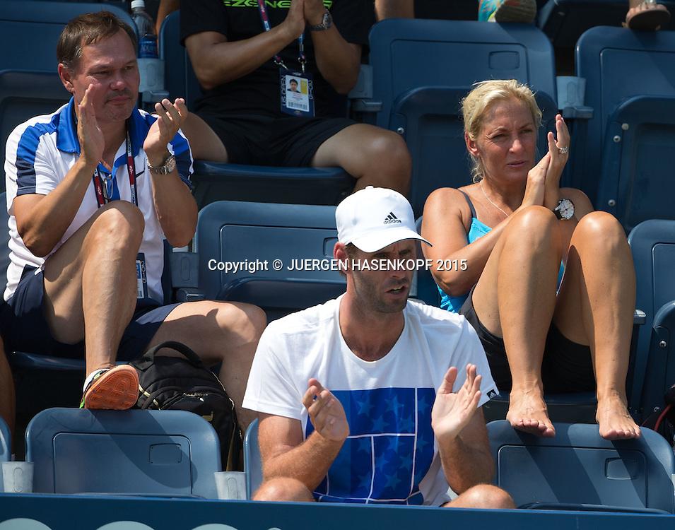 Angelique Kerber Angelique Kerber Team, ganz vorne Trainer Torben Beltz, dahinter Fed Cup Chefin Barbara Rittner und Fed Cup Doktor Dietrich Wolter,<br /> <br /> Tennis - US Open 2015 - Grand Slam ITF / ATP / WTA -  Flushing Meadows - New York - New York - USA  - 1 September 2015.