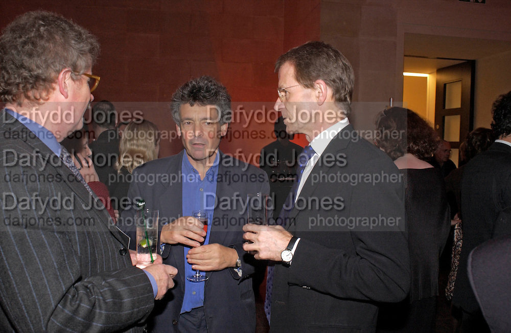richard Brooks and Sir Nicholas Serota, 2004 Turner prize. Tate Britain. 7 December 2004. ONE TIME USE ONLY - DO NOT ARCHIVE  © Copyright Photograph by Dafydd Jones 66 Stockwell Park Rd. London SW9 0DA Tel 020 7733 0108 www.dafjones.com