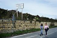 Terzigno, Italia - 18 ottobre 2010. Due donne camminano accanto ad un vigneto  a Terzigno alle falde del Vesuvio e a poche centinaia di metri dalla discarica di Terzigno. L'azienda agricola produceva il vino D.O.C. Lacryma Christy prima che l'uva venisse resa inutilizzabile a causa dell'inquinamento derivante dal vicino sversatoio..Ph. Roberto Salomone Ag. Controluce.ITALY - Women walk by a wine house on Mount Vesuvius, few houndreds meters away from the Terzigno dump on October 18, 2010. The grape the wine house used to produce is no longer useful to make wine due to the pollution caused by the Terzigno dump.