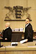 Mannheim. 01.03.17 | BILD- ID 120 |<br /> Unter hohe Sicherheitsvorkehrungen beginnt heute morgen am Landgericht der Prozess gegen einen 57-j&auml;hrigem Mann aus der T&uuml;rkei. Die Staatsanwaltschaft wirft ihm versuchten Mord vor. Er soll im Juni vergangenen Jahres in der Fahrlachstra&szlig;e f&uuml;nf Sch&uuml;sse auf einen Landsmann abgegeben haben. Die Hinterr&uuml;nde der Tat sind bisher weithin ungekl&auml;rt. Es k&ouml;nnten aber politische Interessen eine Rolle spielen. Der Mann auf den geschossen worden war, tritt bei dem Prozess als Nebenkl&auml;ger auf. Er soll ein Anh&auml;ner des t&uuml;rkischen Ministerpr&auml;sidenten Recep Tayyip Erdoğan sein. Der Angeklagte, so beschreibt es sein Verteidiger Stefan Alleier, geh&ouml;re keiner politischen Gruppierung an, er sei aber am Tattag nach Deutschland gereist, um einen Streit zwischen zerstrittenen Parteien zu schlichten. Geschossen habe sein Mandant erst dann, als er von seinem Gegen&uuml;ber angegriffen worden sei.<br /> Nach der Verlesung der Anklage durch die Staatsanwaltschaft, m&ouml;chte sich der Angeklagte mit einer ausf&uuml;hrlichen Erkl&auml;rung zum Tathergang &auml;u&szlig;ern. Der Beginn des Prozesses ist um 9 Uhr geplant.<br /> Bild: Markus Prosswitz 01MAR17 / masterpress (Bild ist honorarpflichtig - No Model Release!)