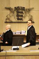 Mannheim. 01.03.17   BILD- ID 120  <br /> Unter hohe Sicherheitsvorkehrungen beginnt heute morgen am Landgericht der Prozess gegen einen 57-j&auml;hrigem Mann aus der T&uuml;rkei. Die Staatsanwaltschaft wirft ihm versuchten Mord vor. Er soll im Juni vergangenen Jahres in der Fahrlachstra&szlig;e f&uuml;nf Sch&uuml;sse auf einen Landsmann abgegeben haben. Die Hinterr&uuml;nde der Tat sind bisher weithin ungekl&auml;rt. Es k&ouml;nnten aber politische Interessen eine Rolle spielen. Der Mann auf den geschossen worden war, tritt bei dem Prozess als Nebenkl&auml;ger auf. Er soll ein Anh&auml;ner des t&uuml;rkischen Ministerpr&auml;sidenten Recep Tayyip Erdoğan sein. Der Angeklagte, so beschreibt es sein Verteidiger Stefan Alleier, geh&ouml;re keiner politischen Gruppierung an, er sei aber am Tattag nach Deutschland gereist, um einen Streit zwischen zerstrittenen Parteien zu schlichten. Geschossen habe sein Mandant erst dann, als er von seinem Gegen&uuml;ber angegriffen worden sei.<br /> Nach der Verlesung der Anklage durch die Staatsanwaltschaft, m&ouml;chte sich der Angeklagte mit einer ausf&uuml;hrlichen Erkl&auml;rung zum Tathergang &auml;u&szlig;ern. Der Beginn des Prozesses ist um 9 Uhr geplant.<br /> Bild: Markus Prosswitz 01MAR17 / masterpress (Bild ist honorarpflichtig - No Model Release!)