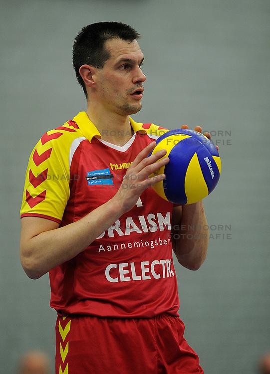12-02-2011 VOLLEYBAL: AB GRONINGEN/LYCURGUS - DRAISMA DYNAMO: GRONINGEN<br /> In een bomvol Alfa-college Sportcentrum werd Dynamo met 3-2 (25-27, 23-25, 25-19, 25-23 en 16-14) verslagen door Lycurgus / Kars van Tarel (#1)<br /> ©2011-WWW.FOTOHOOGENDOORN.NL