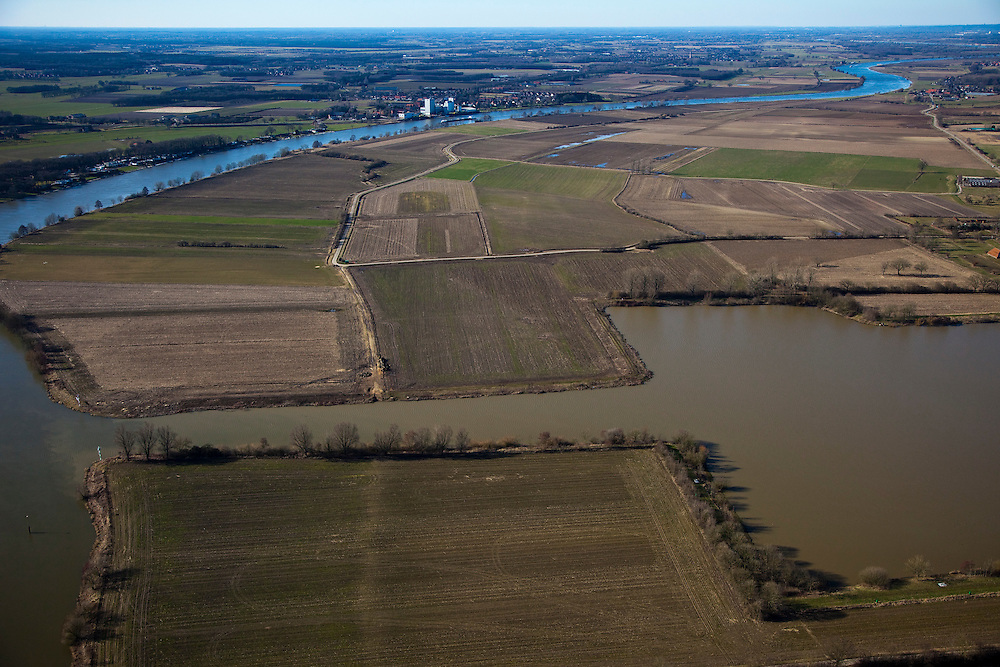 Nederland, Limburg, Gemeente Bergen, 07-03-2010; Maas met rechts van de rivier de lokatie voor de toekomstige hoogwatergeul tussen Well en Aijen (aan de horizon, noordelijk). De geul zal een inham van de Maas vormen die bij hoogwater gaat meestromen, de huidige inham, een haven (r), zal deel uit maken van de nieuwe geul. Naast aanleg van de hoogwatergeulen zal ook het recreatiegebied verdere ontwikkeld worden (Maaspark Well)..Meuse with right of the river the location for future flood channel between Well and Aijen (on the horizon, north). The channel will be an inlet of the Meuse, the current inlet, a port (r), will be part of the new channel. The floodchannel flows - with the - river - only in case of high water. Making of the flood channel will be combined with further developement of recreation .luchtfoto (toeslag), aerial photo (additional fee required).foto/photo Siebe Swart