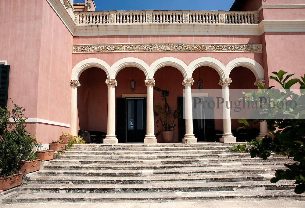 Casarano (Lecce).Villa Capozza: Dimora storica risalente nel suo impianto originario al XVIII secolo,con una superficie complessiva di2.200 mq edimmersa in un parco di due ettari.