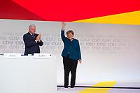 DEU, Deutschland, Germany, Hamburg, 07.12.2018: Volker Bouffier (CDU) applaudiert Bundeskanzlerin Dr. Angela Merkel (CDU) nach ihrer letzten Rede als CDU-Vorsitzende beim Bundesparteitag der CDU in der Messe Hamburg.