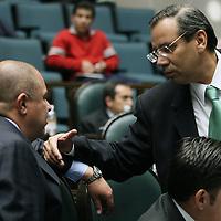 Toluca, Mex.- Los diputados Aaron Urbina (izq) del PRI y Francisco Garate (der) del PAN, conversan durante la sesion del Congreso del Estado de Mexico donde se discue el decreto para la aprobacion de la ley de ingresos. Agencia MVT / Mario Vazquez de la Torre. (DIGITAL)<br /> <br /> <br /> <br /> <br /> <br /> <br /> <br /> NO ARCHIVAR - NO ARCHIVE