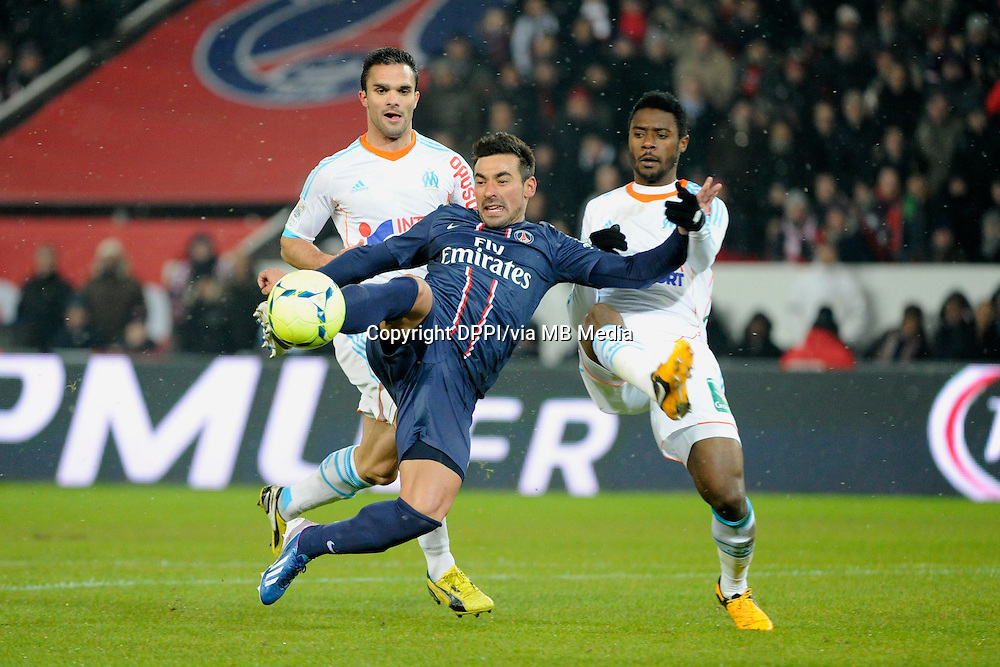 FOOTBALL - FRENCH CHAMPIONSHIP 2012/2013 - L1 - PARIS SAINT GERMAIN v OLYMPIQUE MARSEILLE - 24/02/2013 - PHOTO JEAN MARIE HERVIO / REGAMEDIA / DPPI - EZEQUIEL LAVEZZI (PSG) / NICOLAS NKOULOU / JEREMY MOREL (OM)