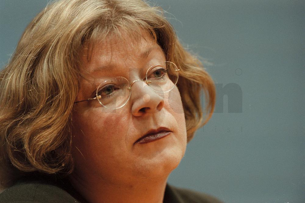 09 JAN 2001, BERLIN/GERMANY:<br /> Andrea Fischer, Bundesgesundheitsministerin a.D., gibt ihren Ruecktritt vom Amt der Bundesministerin vor der Bundespressekonferenz bekannt<br /> IMAGE: 20010109-01/01-24<br /> KEYWORDS: press conference, Rücktritt