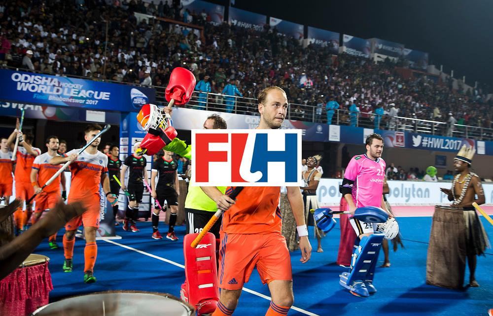 BHUBANESWAR -  Oranje met aanvoerder Billy Bakker (Ned) betreedt het veld voor de Hockey World League Finals , de kwartfinale wedstrijd Duitsland-Nederland (3-3).Duitsland wint na shoot-outs.    COPYRIGHT KOEN SUYK