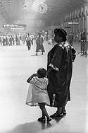 Paris 1996: madre e figlia africane, Gare S.Lazare.<br /> &copy;Andrea Sabbadini