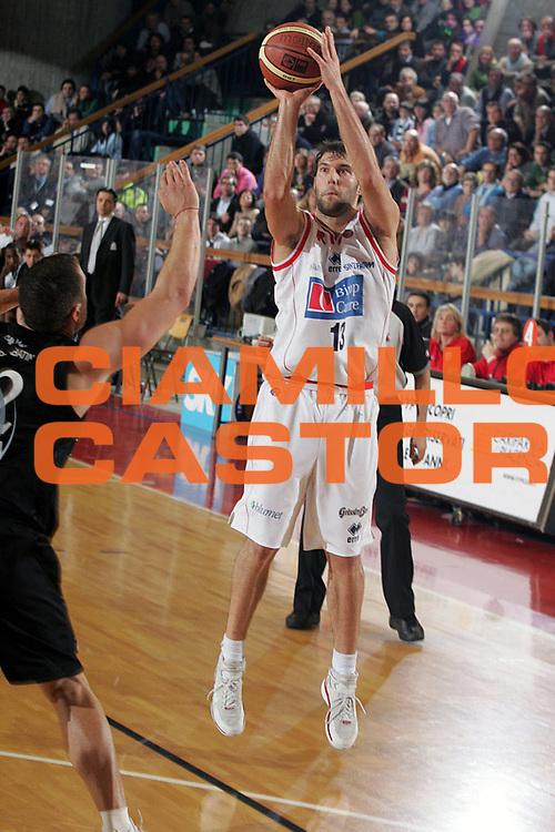 DESCRIZIONE : Reggio Emilia Lega A1 2005-06 Bipop Carire Reggio Emilia Caffe Maxim Virtus Bologna <br /> GIOCATORE : Boscagin <br /> SQUADRA : Bipop Carire Reggio Emilia <br /> EVENTO : Campionato Lega A1 2005-2006 <br /> GARA : Bipop Carire Reggio Emilia Caffe Maxim Virtus Bologna <br /> DATA : 28/12/2005 <br /> CATEGORIA : Tiro <br /> SPORT : Pallacanestro <br /> AUTORE : Agenzia Ciamillo-Castoria/Fotostudio 13 <br /> Galleria : Lega Basket A1 2005-2006 <br /> Fotonotizia : Reggio Emilia Campionato Italiano Lega A1 2005-2006 Bipop Carire Reggio Emilia Caffe Maxim Virtus Bologna <br /> Predefinita :