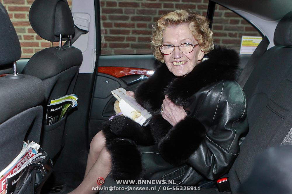 NLD/Zeist/20110310 - Mieke Telkamp krijgt Gouden DVD Award uit handen van Anneke Gronloh, Mieke Telkamp