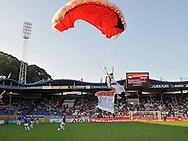 30-08-2008 VOETBAL:WILLEM II:AJAX:TILBURG<br /> Een parachutist landt op het veld voor de aankondiging van Eredivisie Live<br /> Foto: Geert van Erven