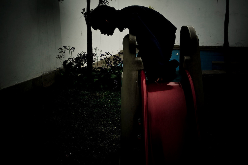 En el jardín de su casa, mirando el trapito que se le cayó.