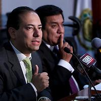 TOLUCA, México.- En conferencia de prensa los diputados Oscar Sánchez Juárez,  Alejandro Landero y Víctor Manuel Bautista, anunciaron que este jueves presentaran una serie de propuestas de reformas a la Ley de Fomento Económico del Estado para incentivar la creación de empleos. Agencia MVT / Crisanta Espinosa. (DIGITAL)