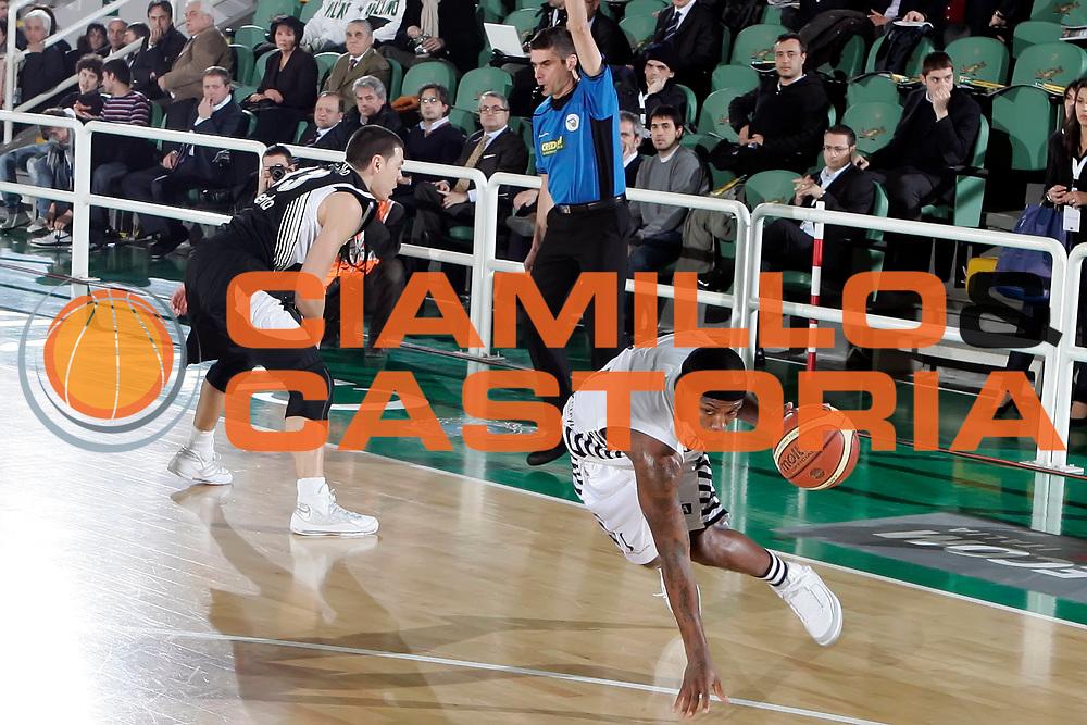 DESCRIZIONE : Avellino Final 8 Coppa Italia 2010 Quarto di Finale Pepsi Caserta Canadian Solar Virtus Bologna<br /> GIOCATORE : Andre Collins<br /> SQUADRA : Canadian Solar Virtus Bologna<br /> EVENTO : Final 8 Coppa Italia 2010 <br /> GARA : Pepsi Caserta Canadian Solar Virtus Bologna<br /> DATA : 18/02/2010<br /> CATEGORIA : palleggio fallo<br /> SPORT : Pallacanestro <br /> AUTORE : Agenzia Ciamillo-Castoria/A.De Lise<br /> Galleria : Lega Basket A 2009-2010 <br /> Fotonotizia : Avellino Final 8 Coppa Italia 2010 Quarto di Finale Pepsi Caserta Canadian Solar Virtus Bologna<br /> Predefinita :