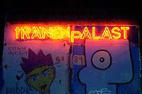 """09 NOV 2004, BERLIN/GERMANY:<br /> Leuchtschrift """"Traenenpalast""""<br /> IMAGE: 20041109-01-001<br /> KEYWORDS: Tränenpalast, Schild, sign"""