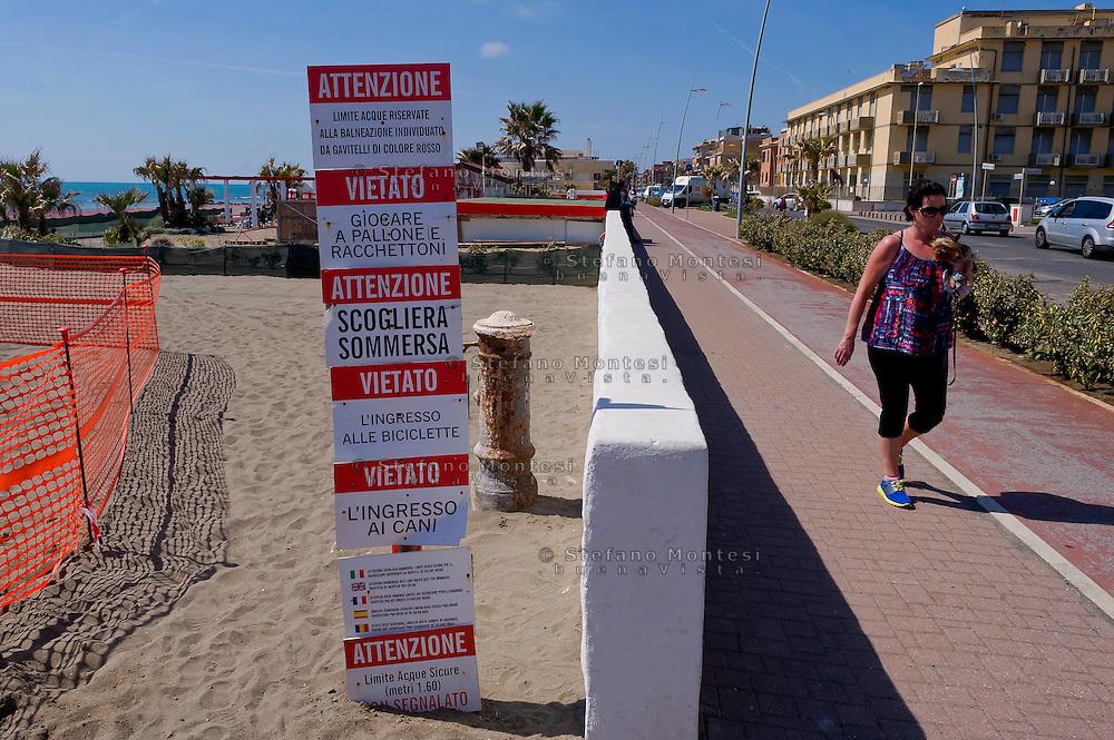 Lido di Ostia, Roma<br /> Lungomare Paolo Toscanelli.Cartello con divieti<br /> Lido di Ostia, Rome<br /> Waterfront Paolo Toscanelli. Sign with  bans