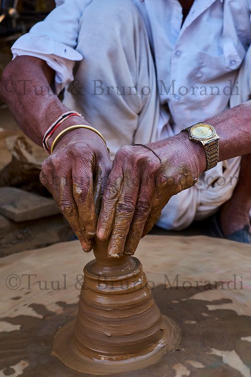 Inde, état du Rajasthan, Abhaneri, potier fabriquant des tasse à utilisation unique pour le thé // India, Rajasthan, Abhaneri, potter making a tea cup
