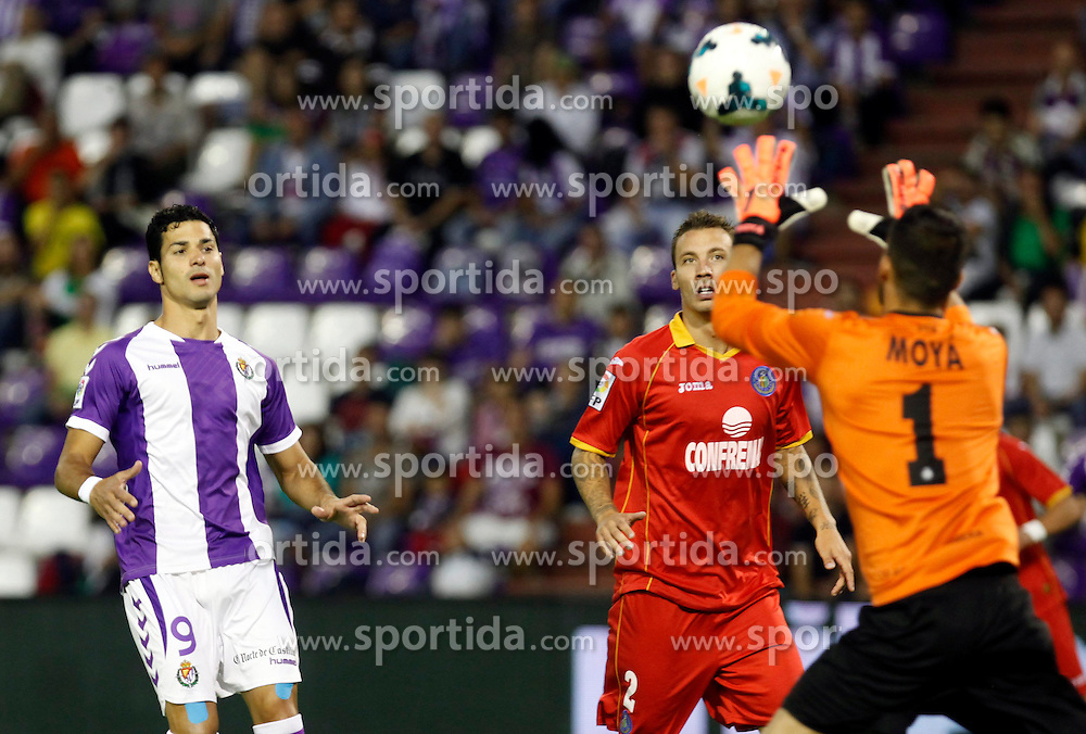 31.08.2013, Estadio Jose Zorrilla, Valladolid, ESP, Primera Division, Real Valladolid vs FC Getafe, 3. Runde, im Bild Real Valladolid Javi Guerra (l) and Getafe's Alexis (c) // during the Spanish Primera Division 3th round match between Real Valladolid CF and Getafe FC at the Estadio Jose Zorrilla, Valladolid, Spain on 2013/08/31. EXPA Pictures &copy; 2013, PhotoCredit: EXPA/ Alterphotos/ Ricky Blanco<br /> <br /> ***** ATTENTION - OUT OF ESP and SUI *****