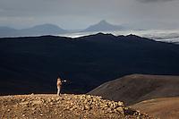 Nöfnurnar virða fyrir sér útsýnið yfir Langasjó frá Breiðbak. Tungnárjökull í Vatnajökli og Kerlingar í baksýn. Hikers enjoying the view from mount Breidbakur. Tungnarjokull, part of Vatnajokull glacier and mount Kerlingar in background.