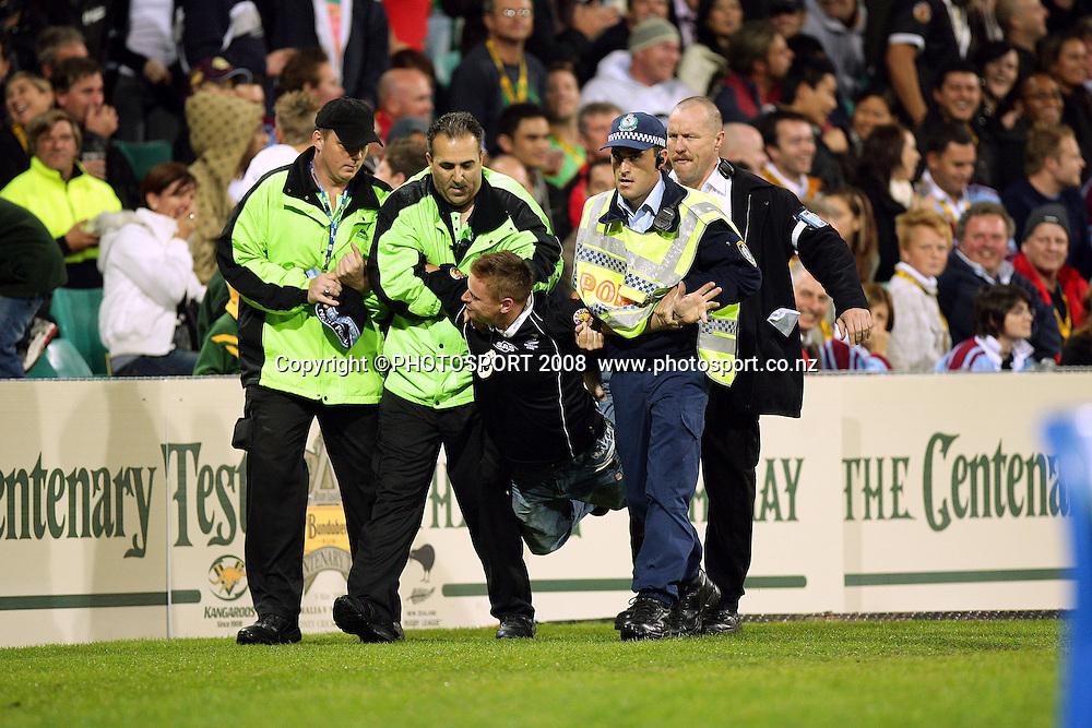Crowd unrest. Australia v New Zealand. Centenary Test. Sydney Cricket Ground, Sydney, Australia. Friday 9 May 2008. Photo: Paul Seiser/PHOTOSPORT