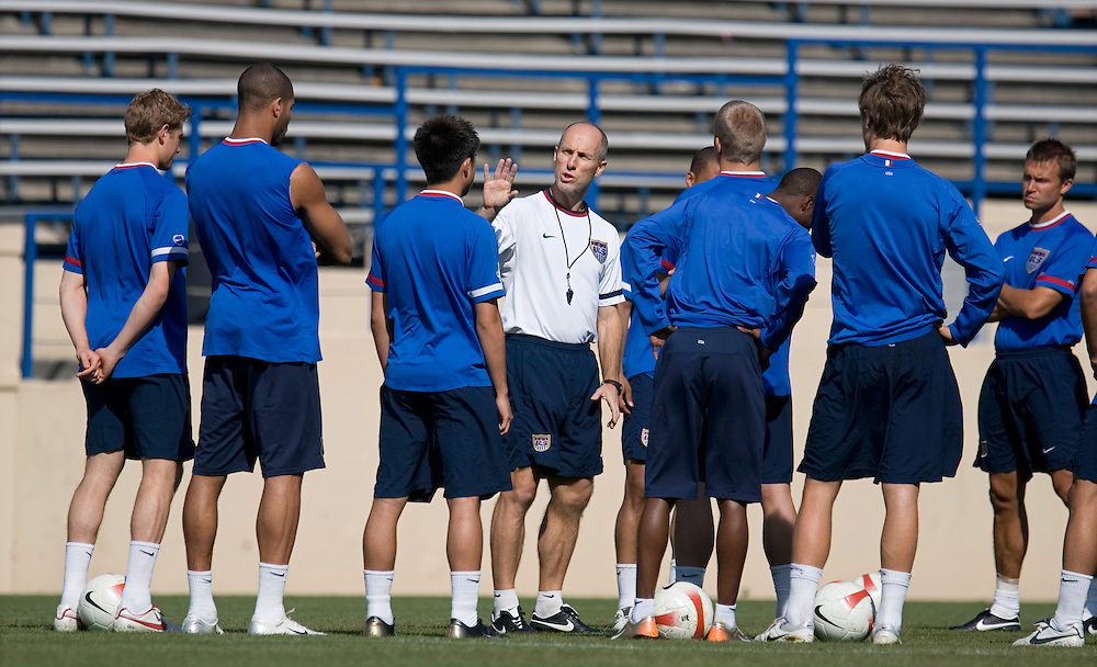 USA head coach Bob Bradley talks to his team during practice to prepare for a friendly match against China. Spartan Stadium, San Jose, CA, June 1, 2007.
